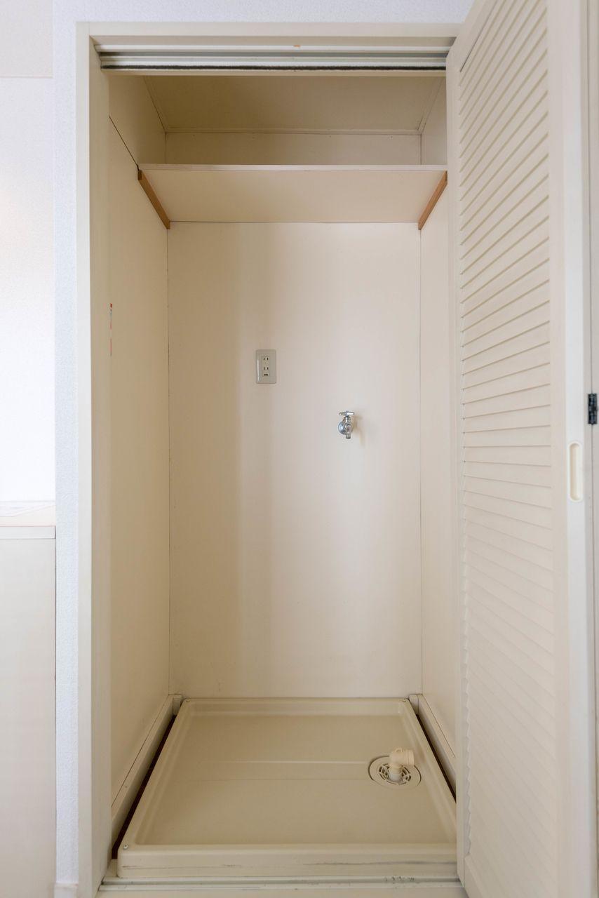 目隠し折戸のある室内洗濯機置場