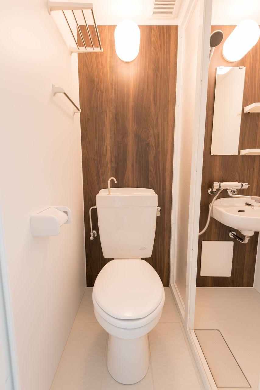 タオル掛けもあるトイレ
