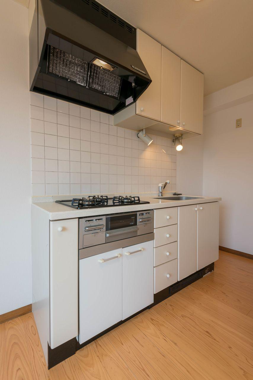 吊り棚のある広めのキッチン