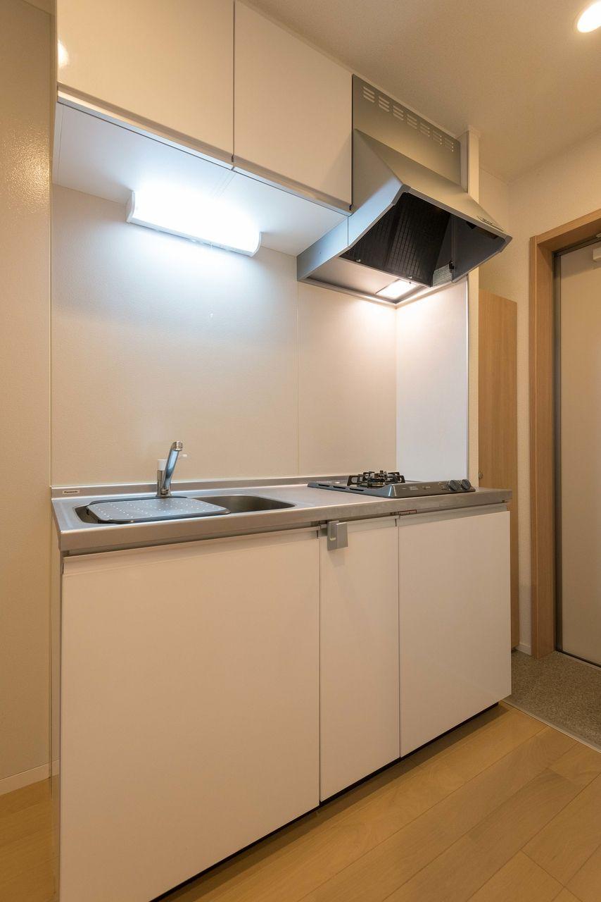 吊り棚のあるキッチン