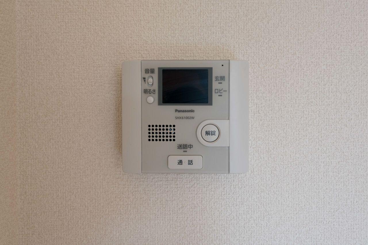 室内のモニター付インターホン(オートロック解錠機能付)