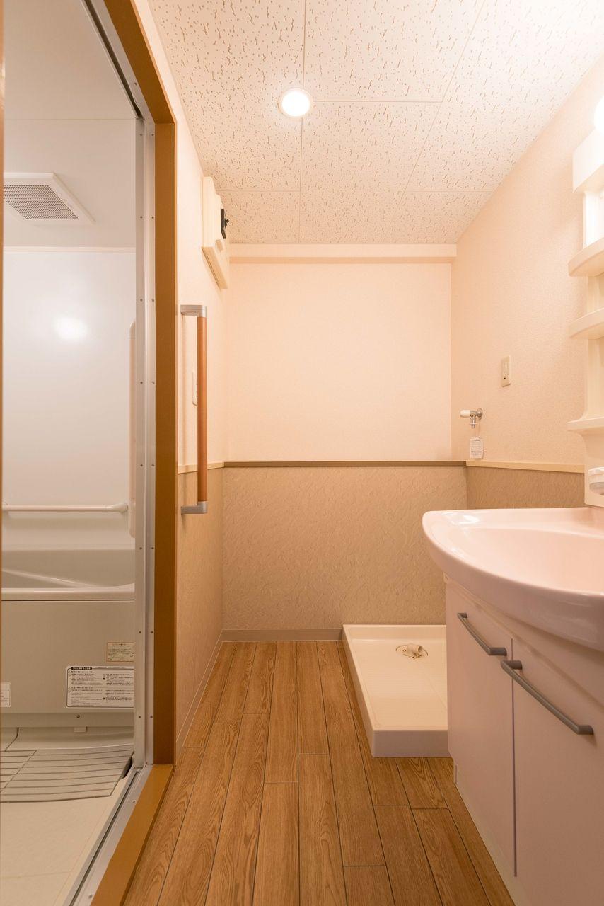 ドアのある洗面脱衣所