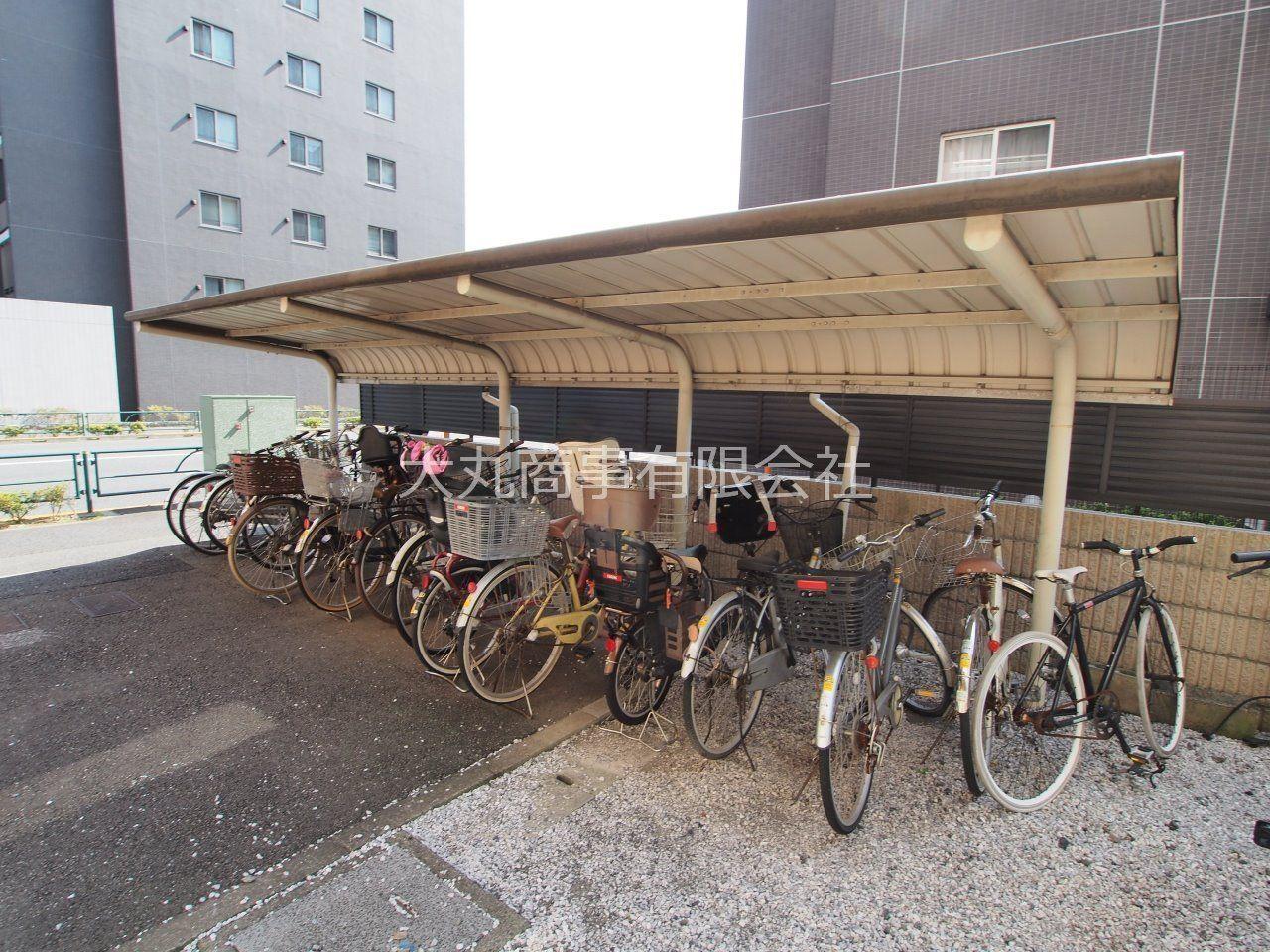 屋根付きで雨でも濡れづらい自転車置場