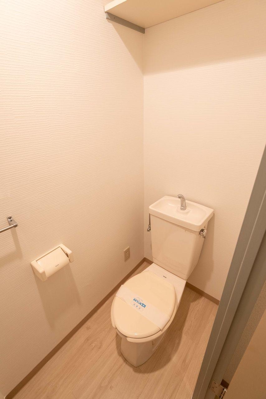 収納段のあるトイレ(コンセントもあり)