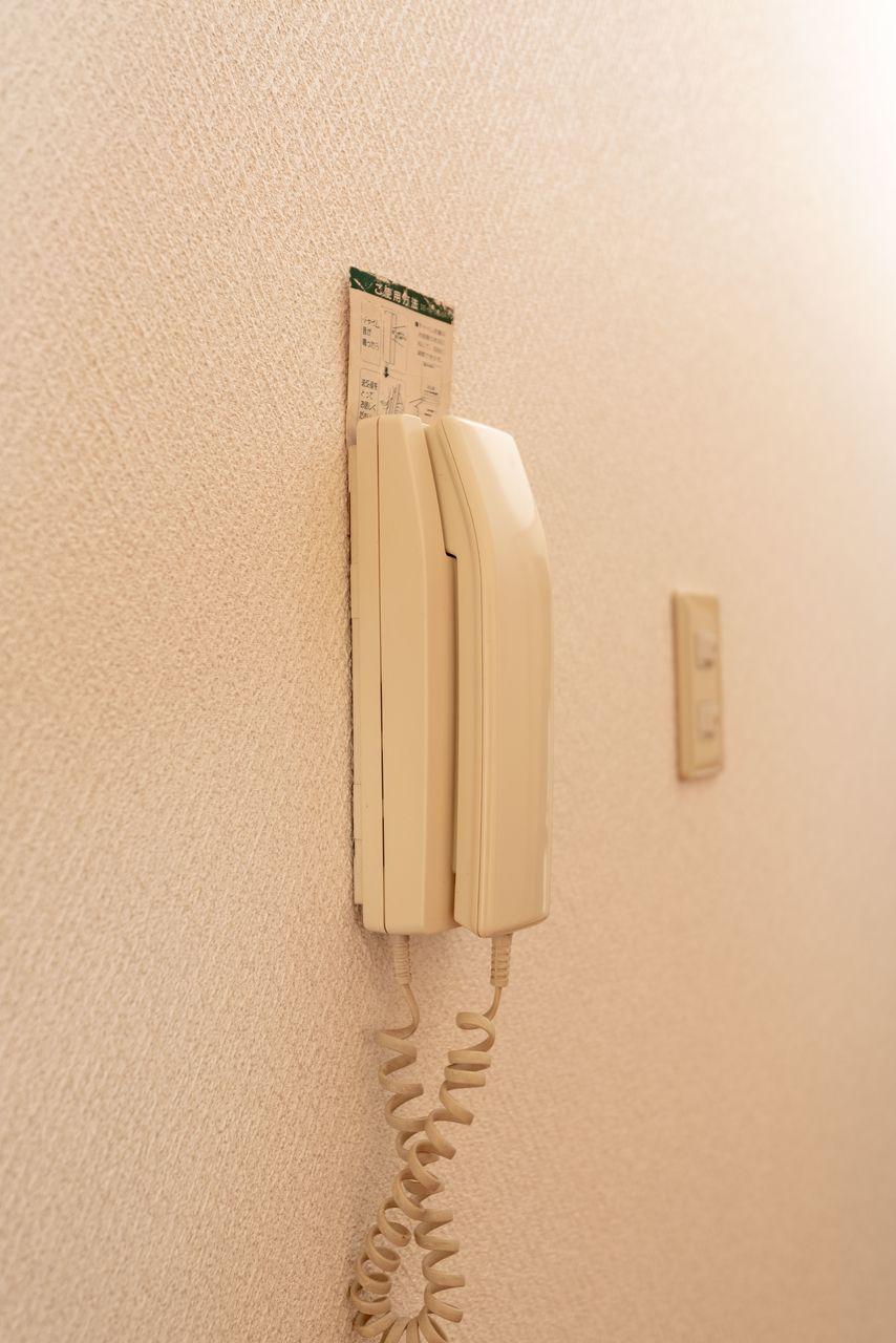 リビングに設置されたインターホン受話器