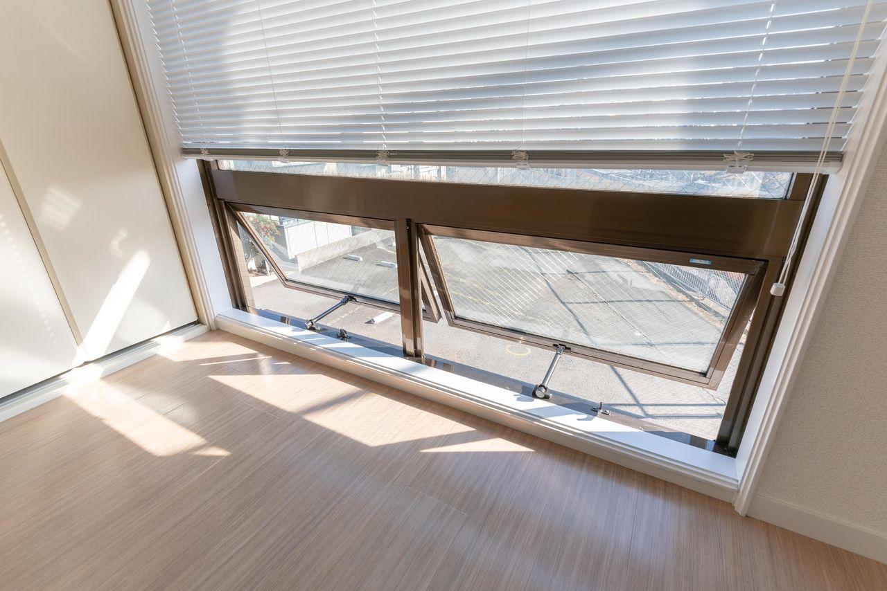 東側FIX窓は下部が跳ね上げ式で風通しも可能