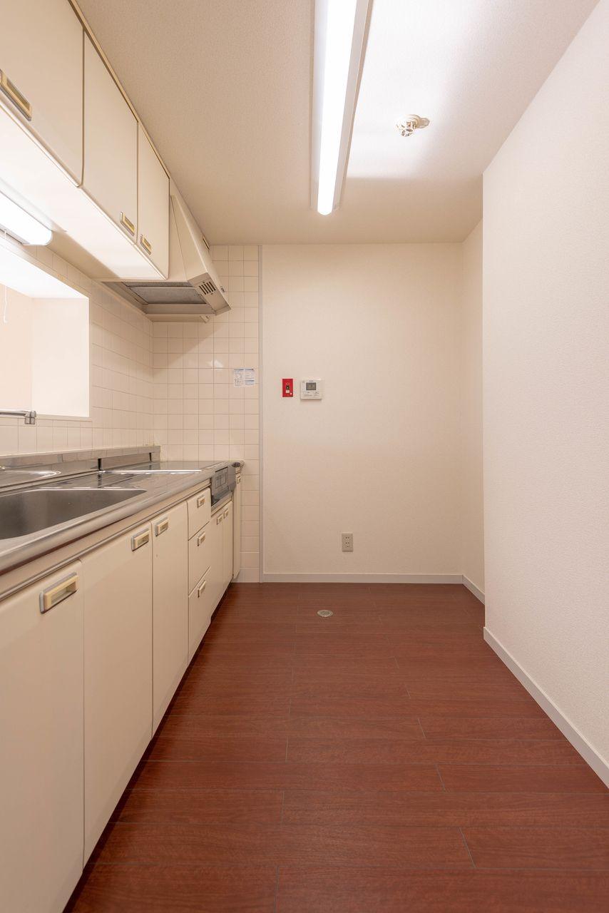 奥は冷蔵庫手前は食器棚が置けます
