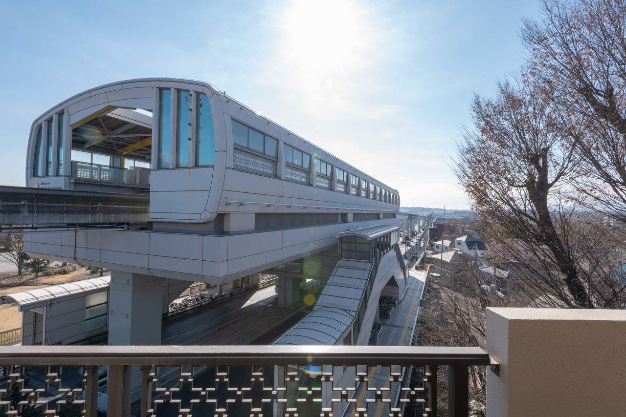 柴崎体育館駅、遠くには多摩丘陵が見えます