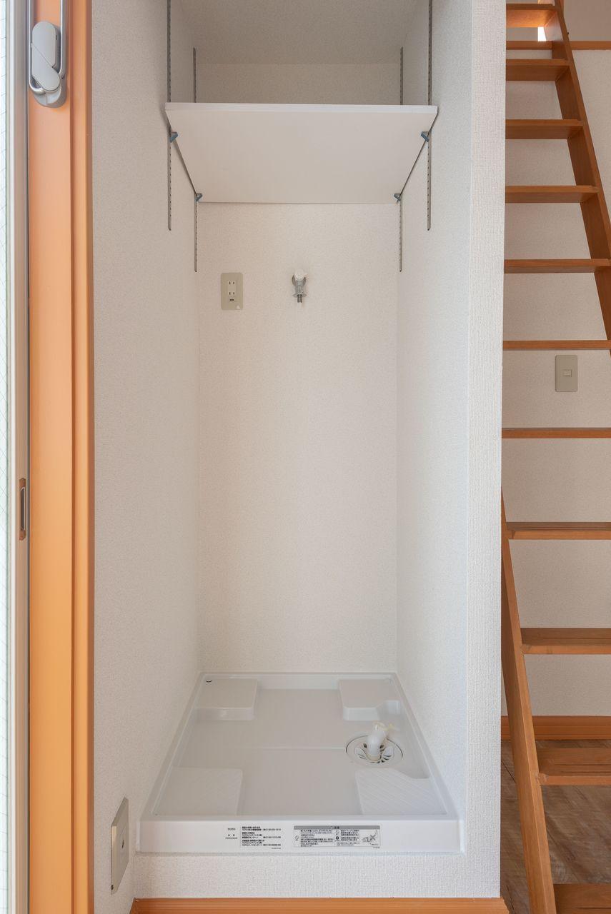 防水パンと上棚(可動棚)のある洗濯機置場