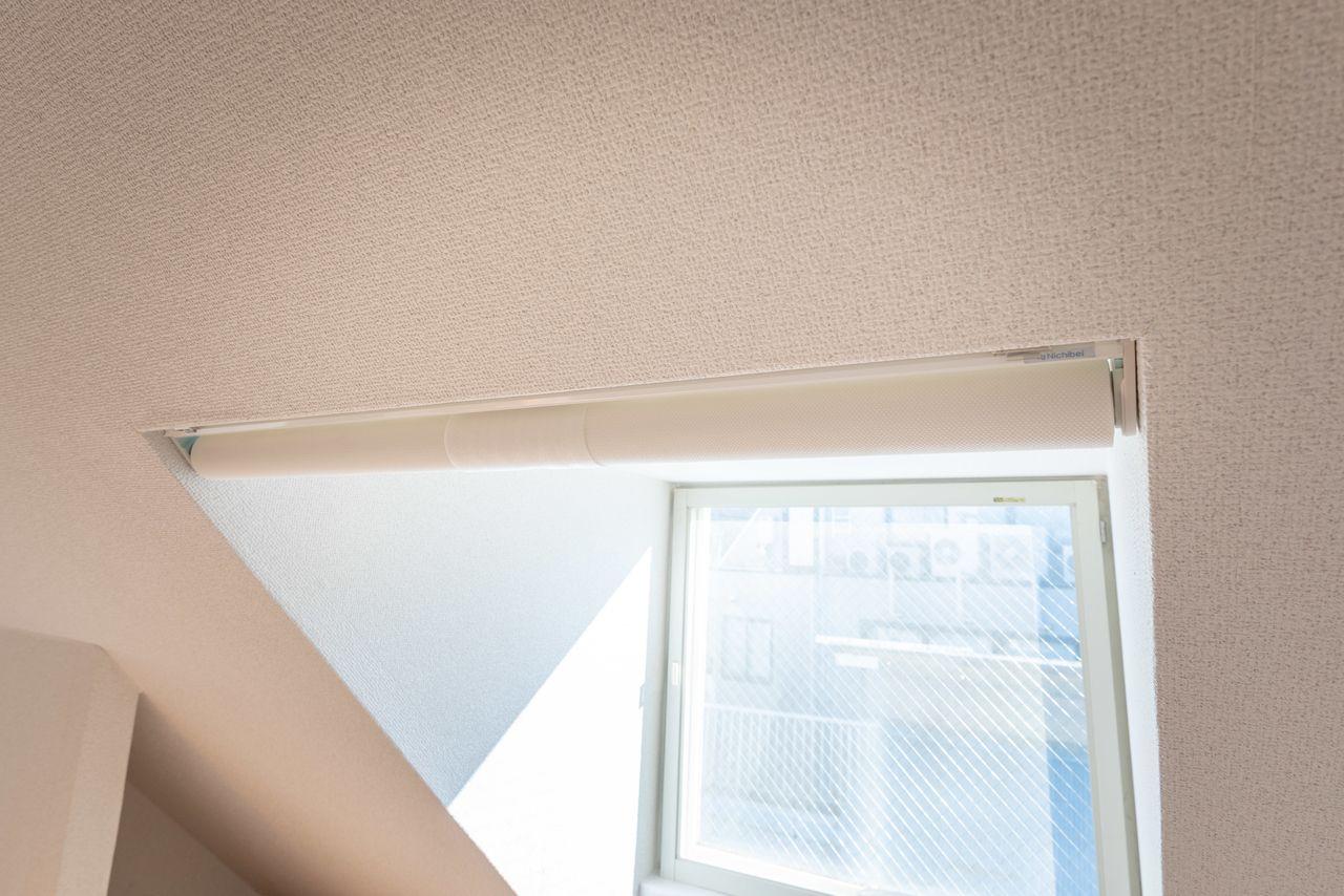便利なロールスクリーンのある窓