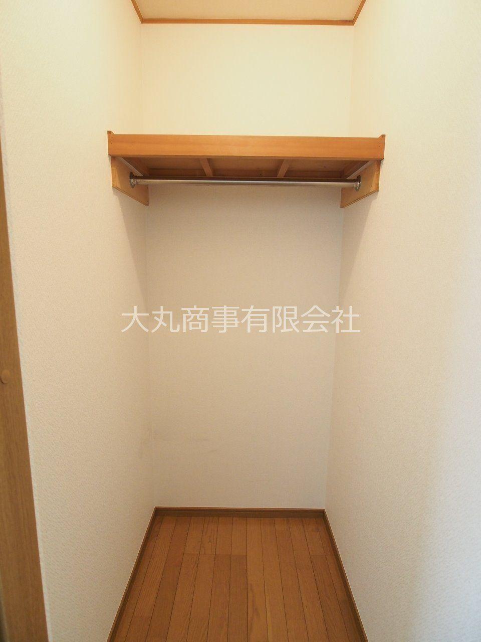 居室内の収納はウォークインになっていて、収納力あり。お部屋もスッキリ片付きます。