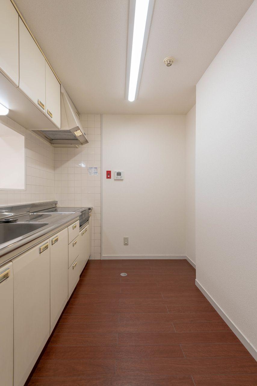 右奥には冷蔵庫、右手前には食器棚が置ける