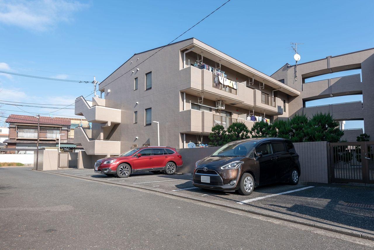 建物のすぐ脇にある専用駐車場(有料)