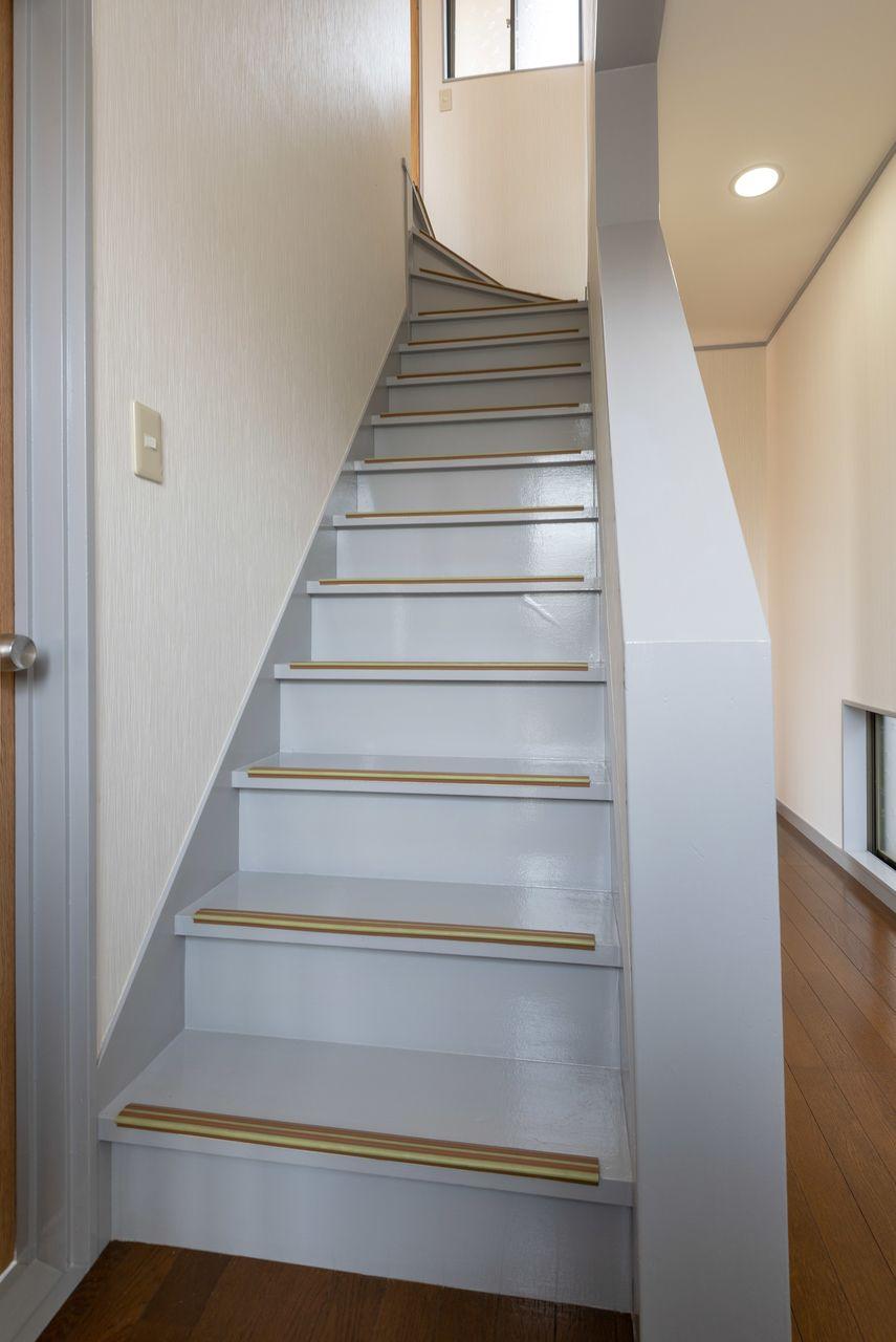 幅も十分で昇降しやすい階段