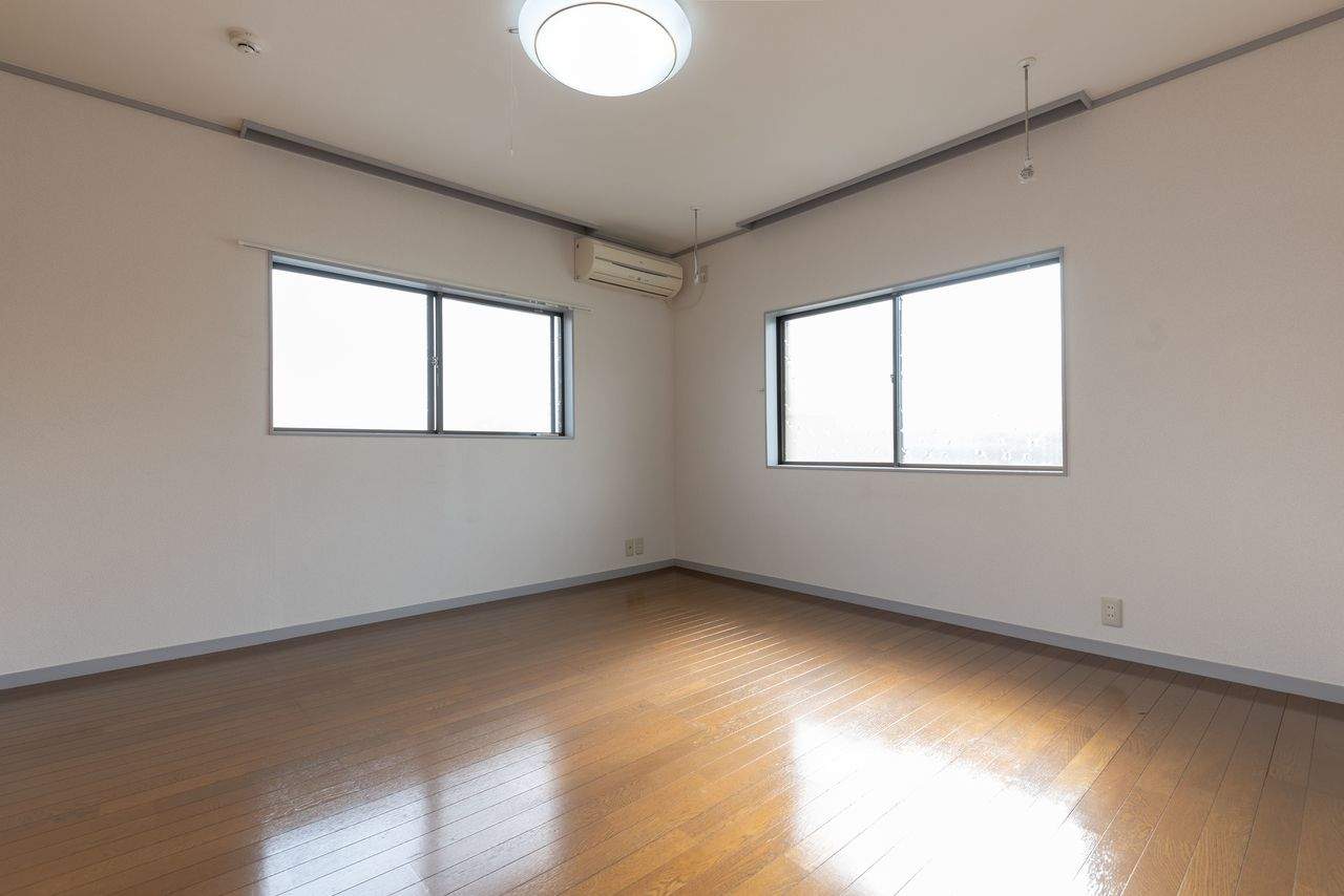 東南角部屋で明るい洋室(室内物干機あり)