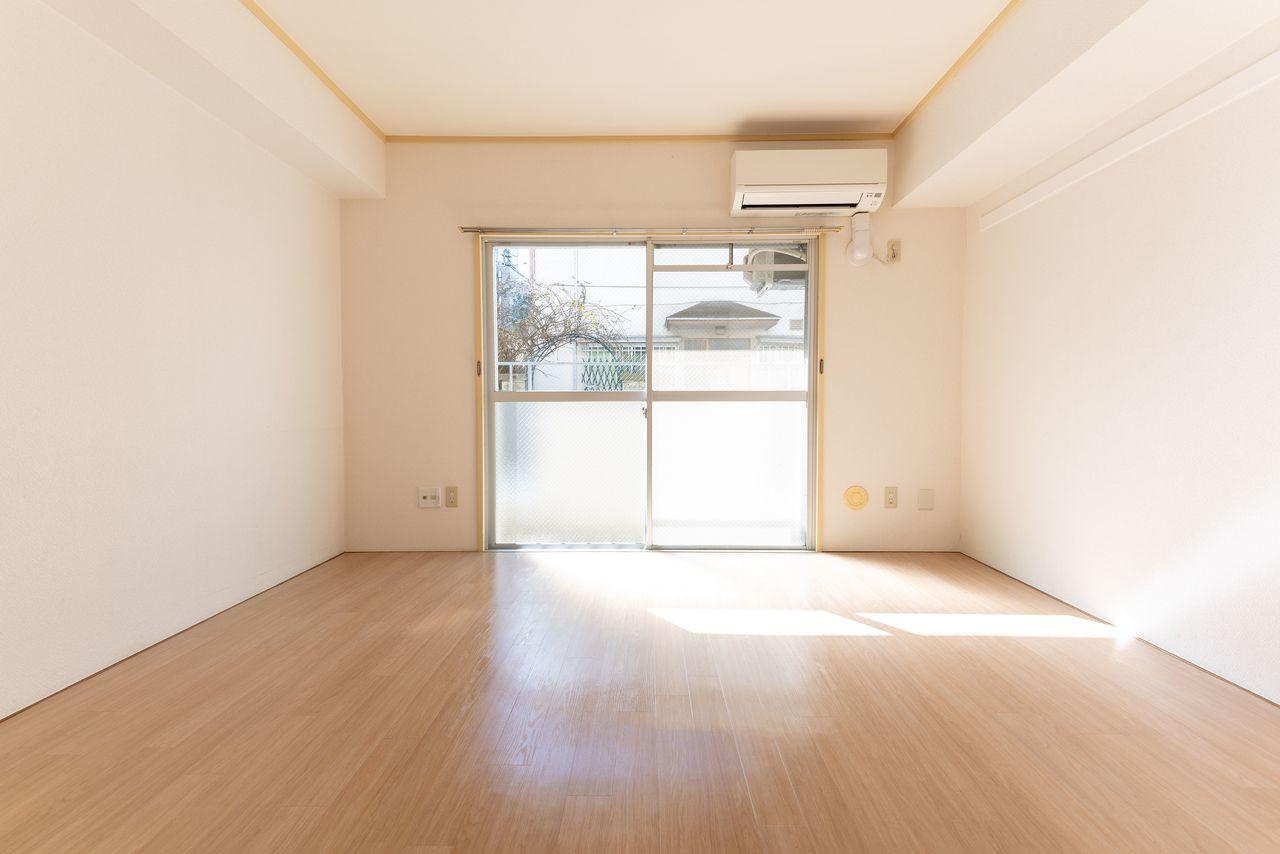 陽射しのたっぷり入る明るい洋室