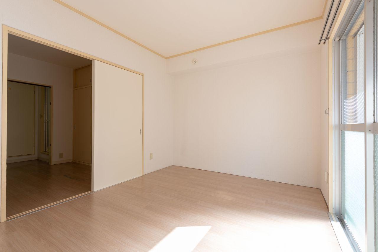 6帖の洋室は落ち着くクセのない色を使用