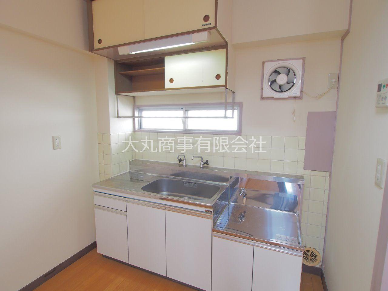 2口ガスコンロ対応の窓のあるキッチン