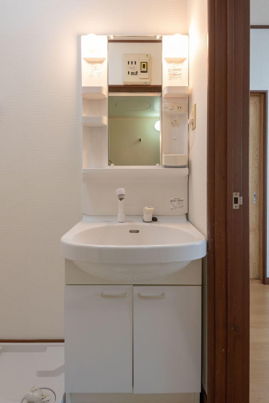 収納段と台下収納のある洗面台