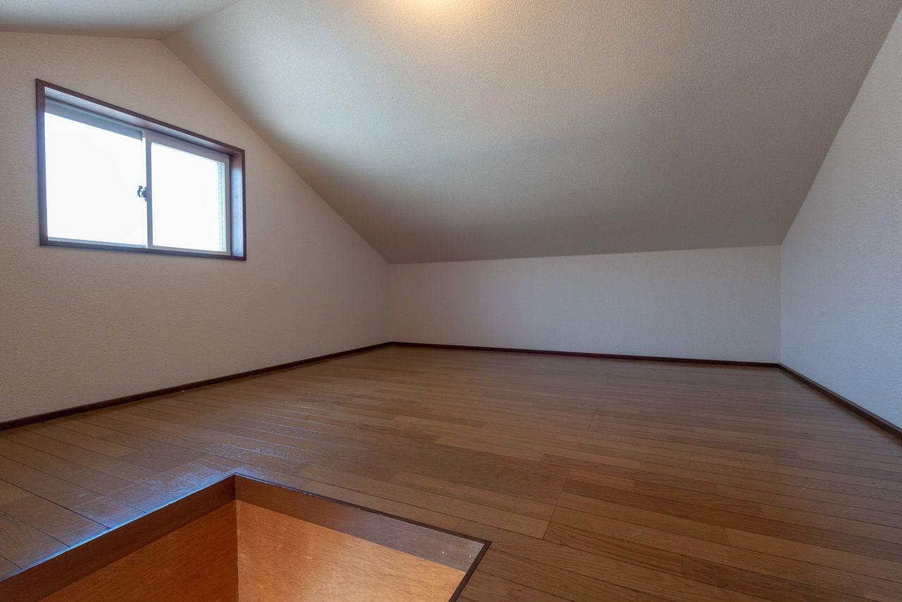 照明と窓のある便利な収納スペース