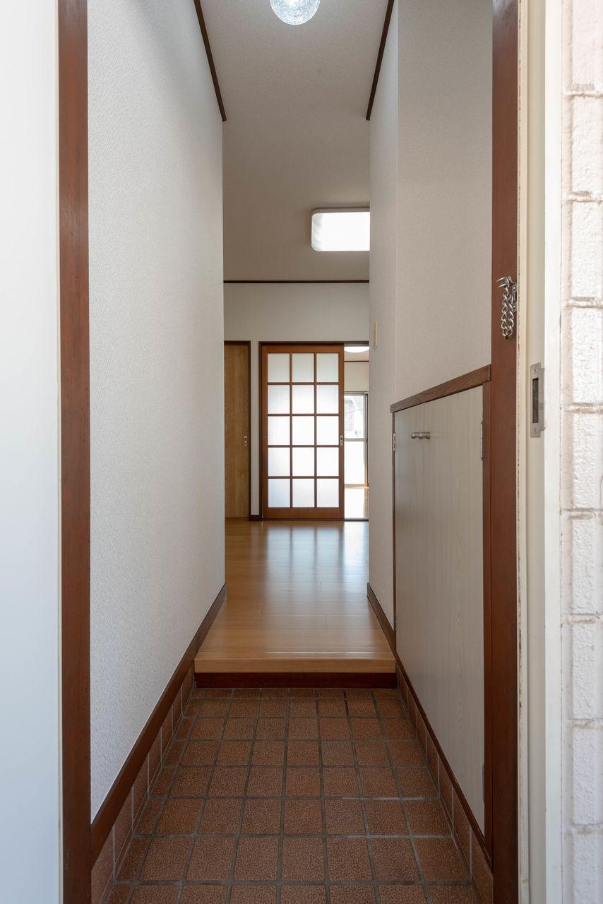 玄関の床面はタイル張り