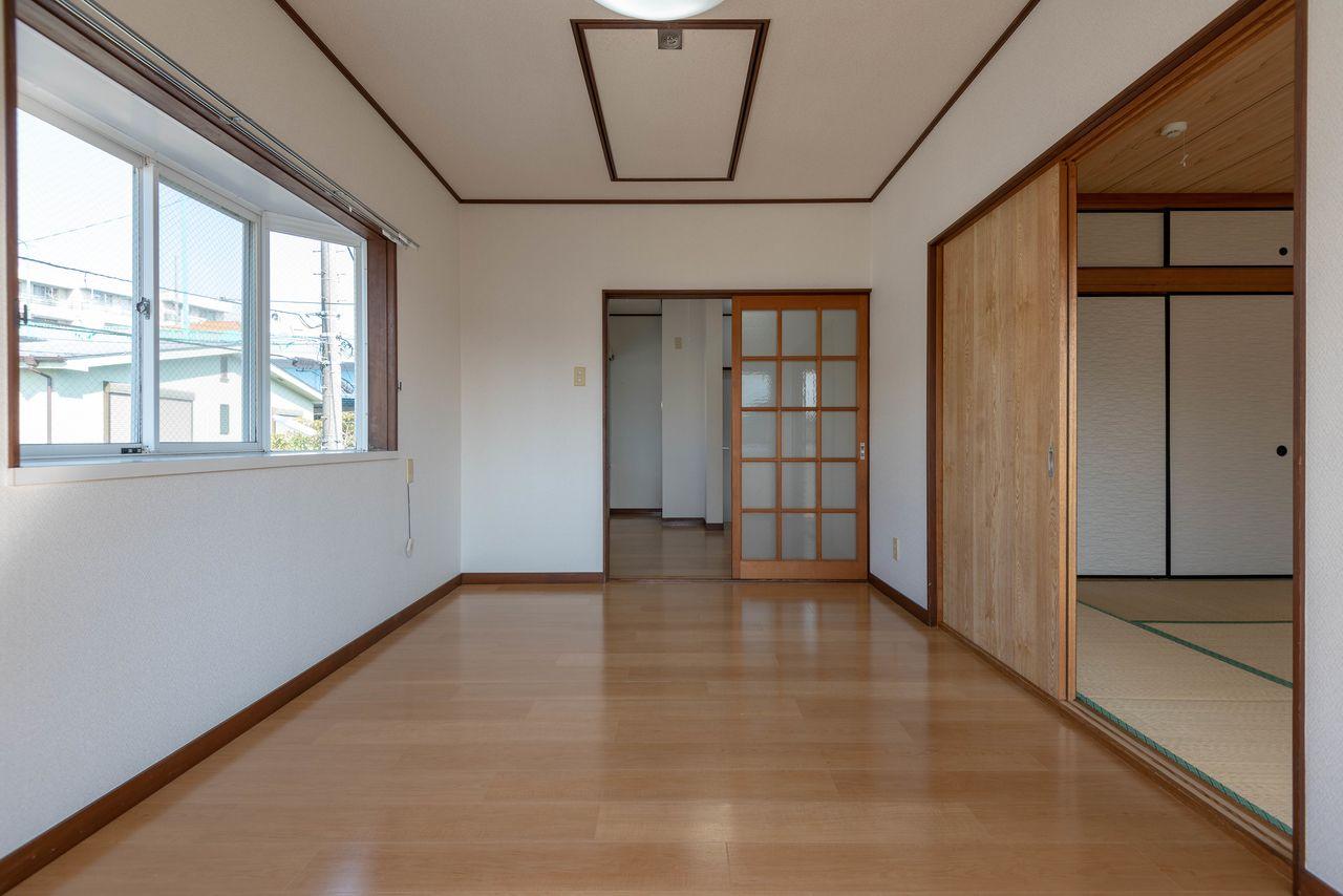 床材はフロアタイルの洋室