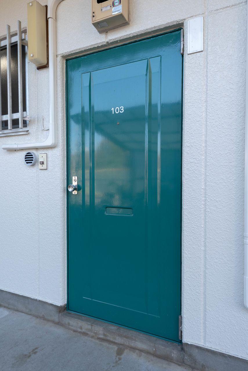 重厚感のある深緑色の扉