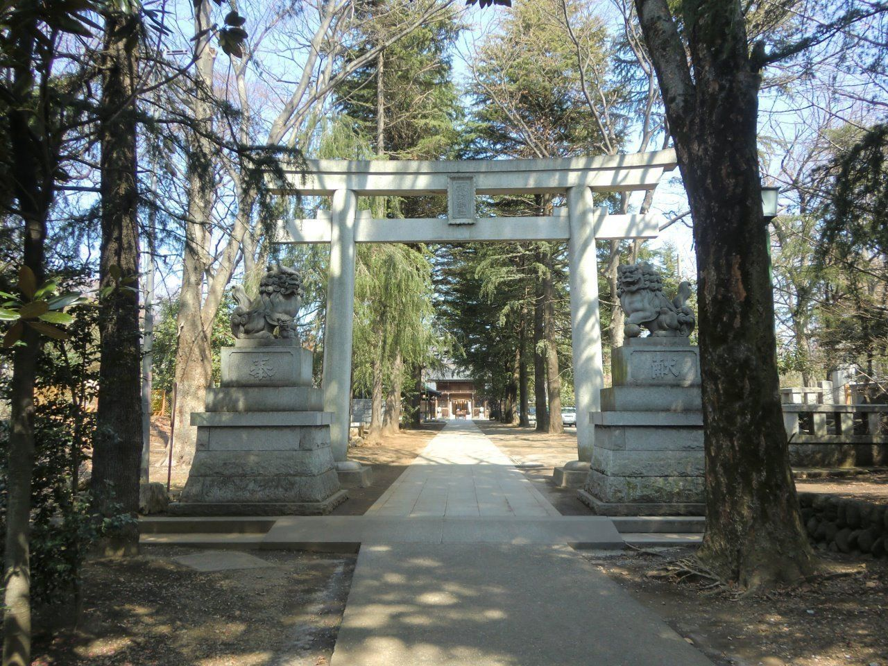 夏にはお祭りで賑わう神社。コーポ樫の木から「約200m」