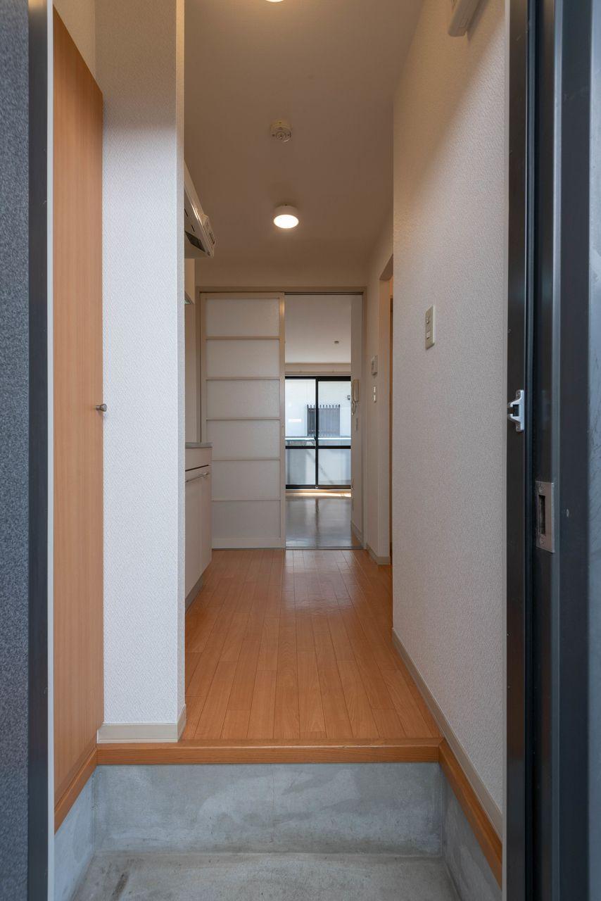 室内との境がはっきりしている玄関