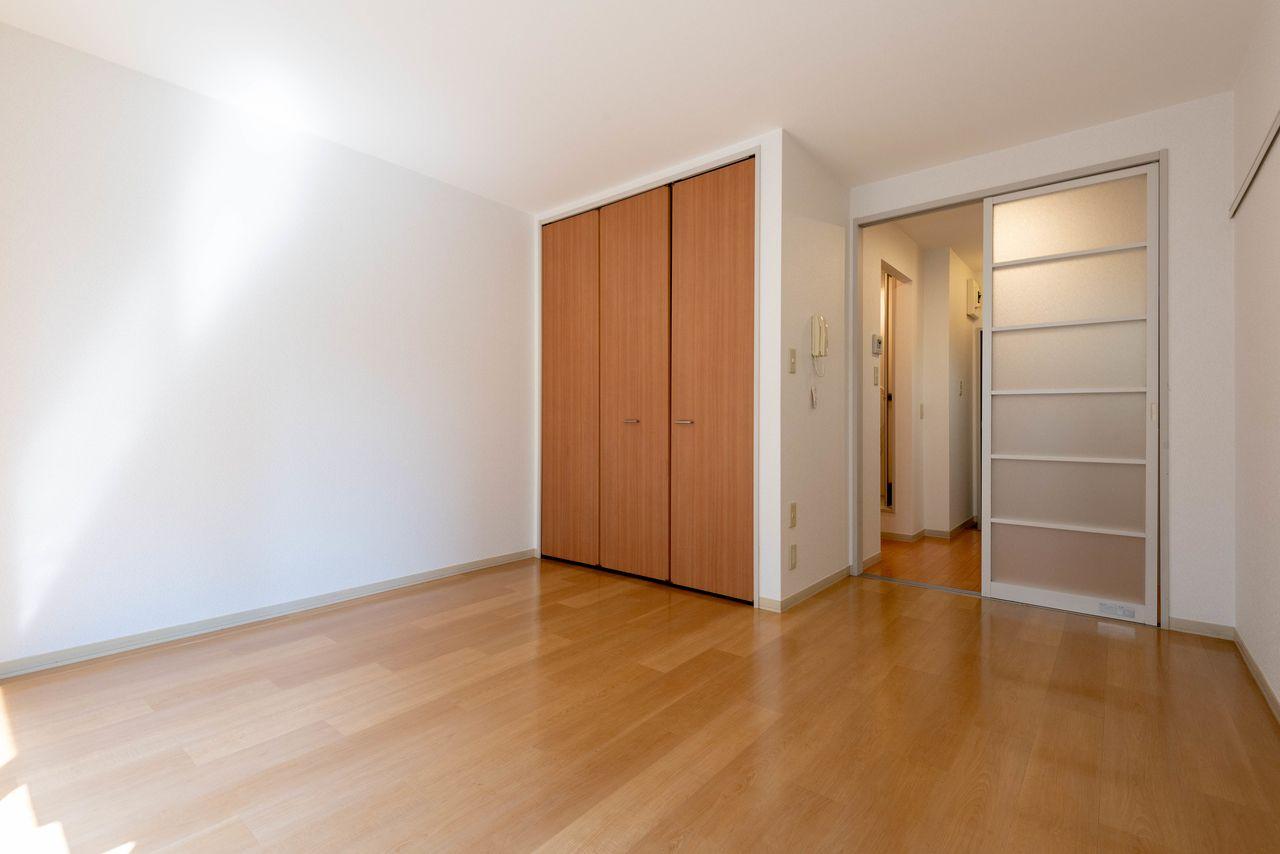 床や建具はライトブラウン色で明るめ