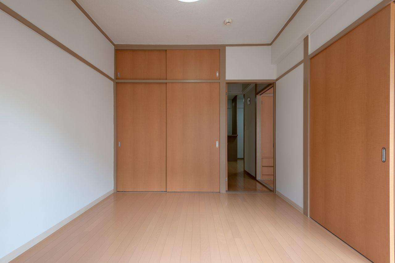 床材は明るい色味のフローリング
