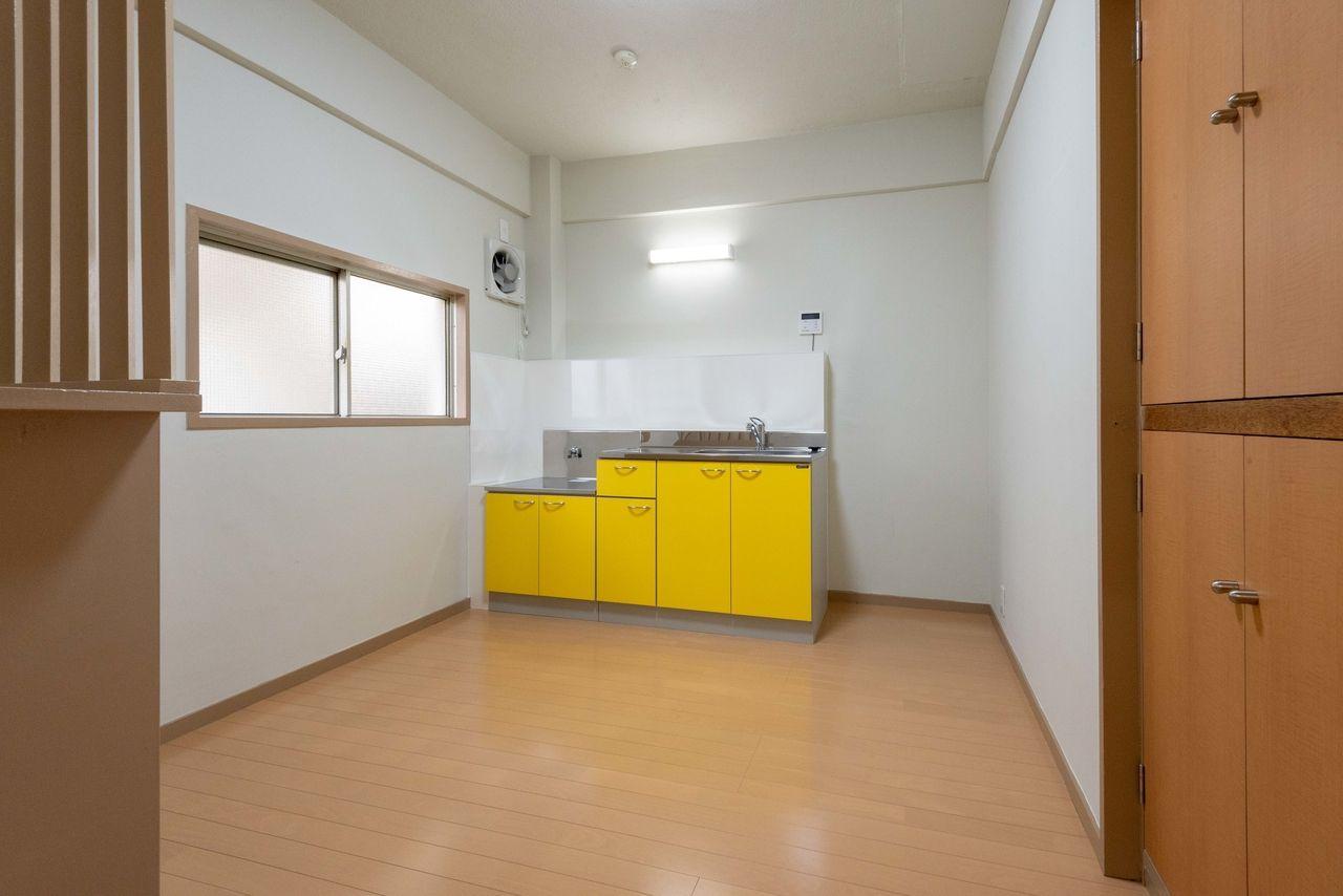 黄色の流し台がアクセントのキッチン