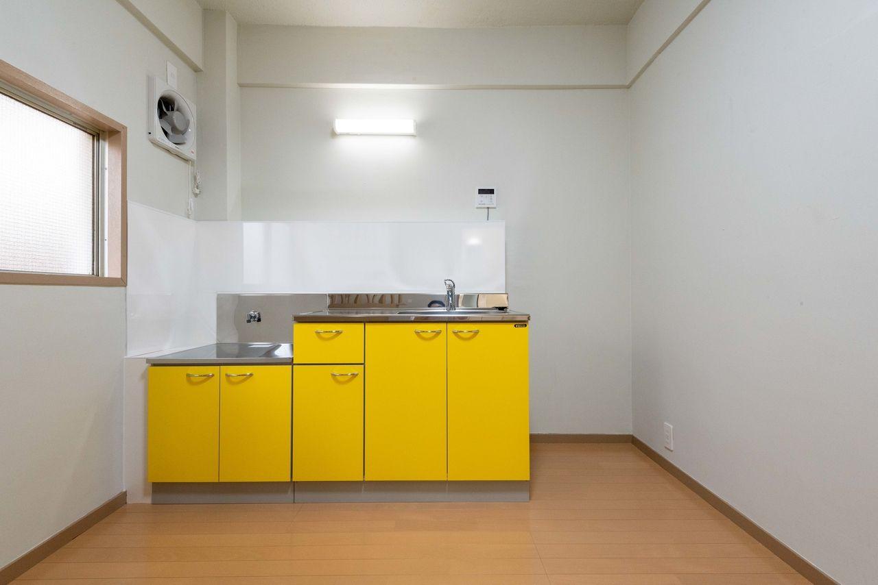 黄色がアクセントになったキッチン