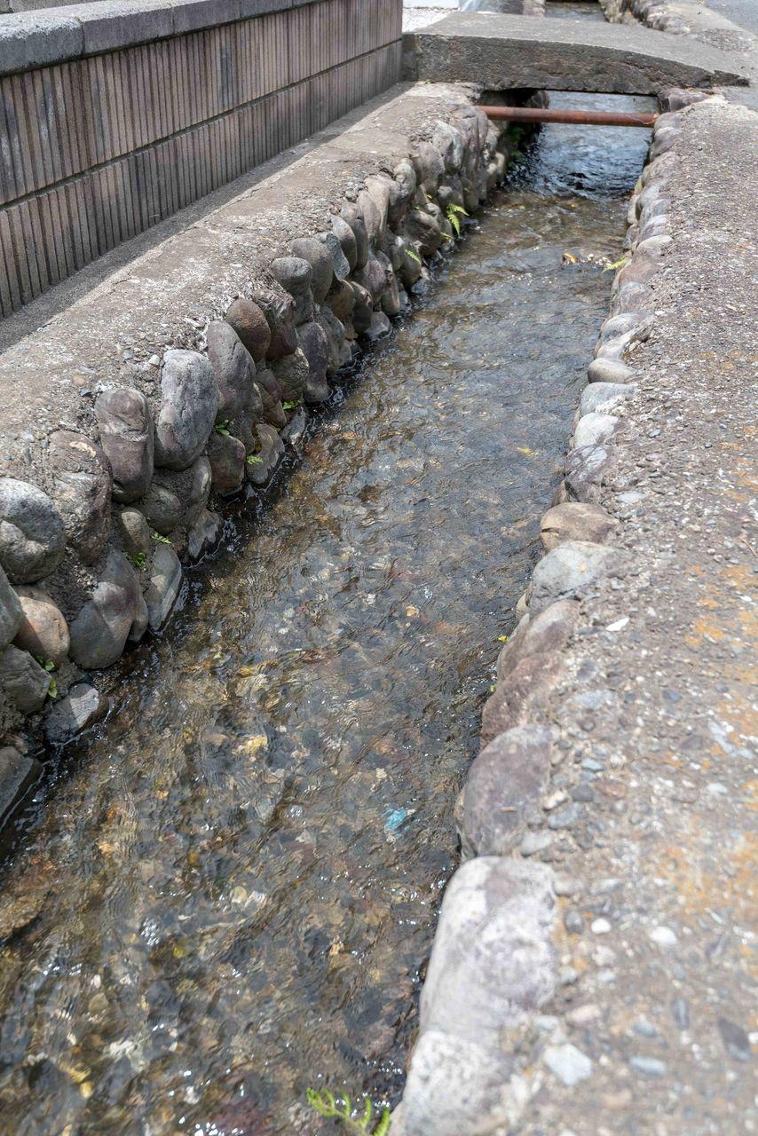 文化財にも指定されている玉石積の用水路