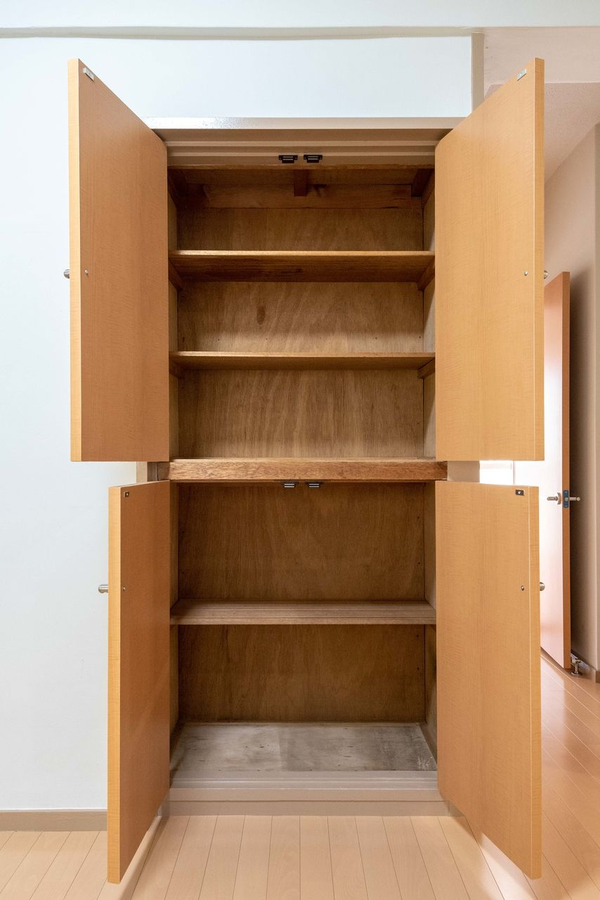 食器棚としても利用可能な収納棚