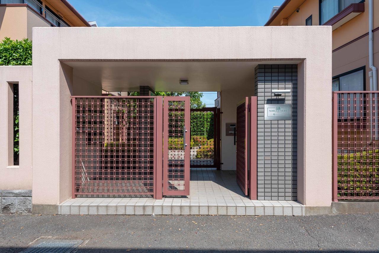 門扉があるセキュリティーに配慮した建物