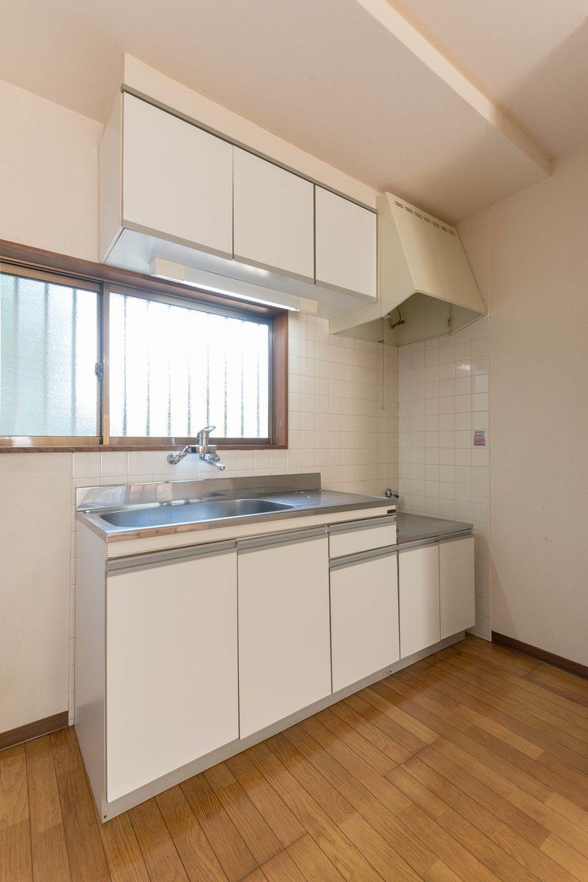 吊り棚と窓のあるキッチン
