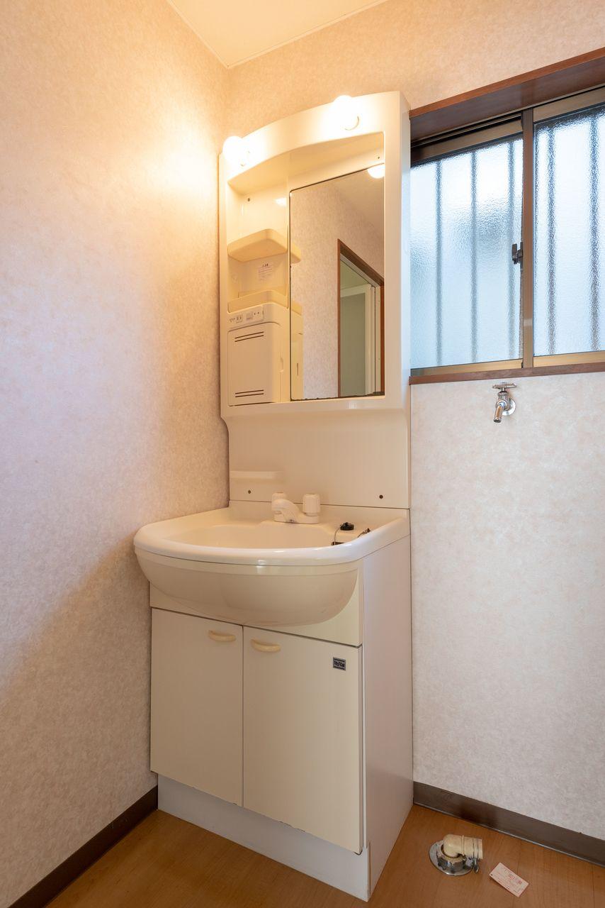 ミラーキャビネットのある洗面台