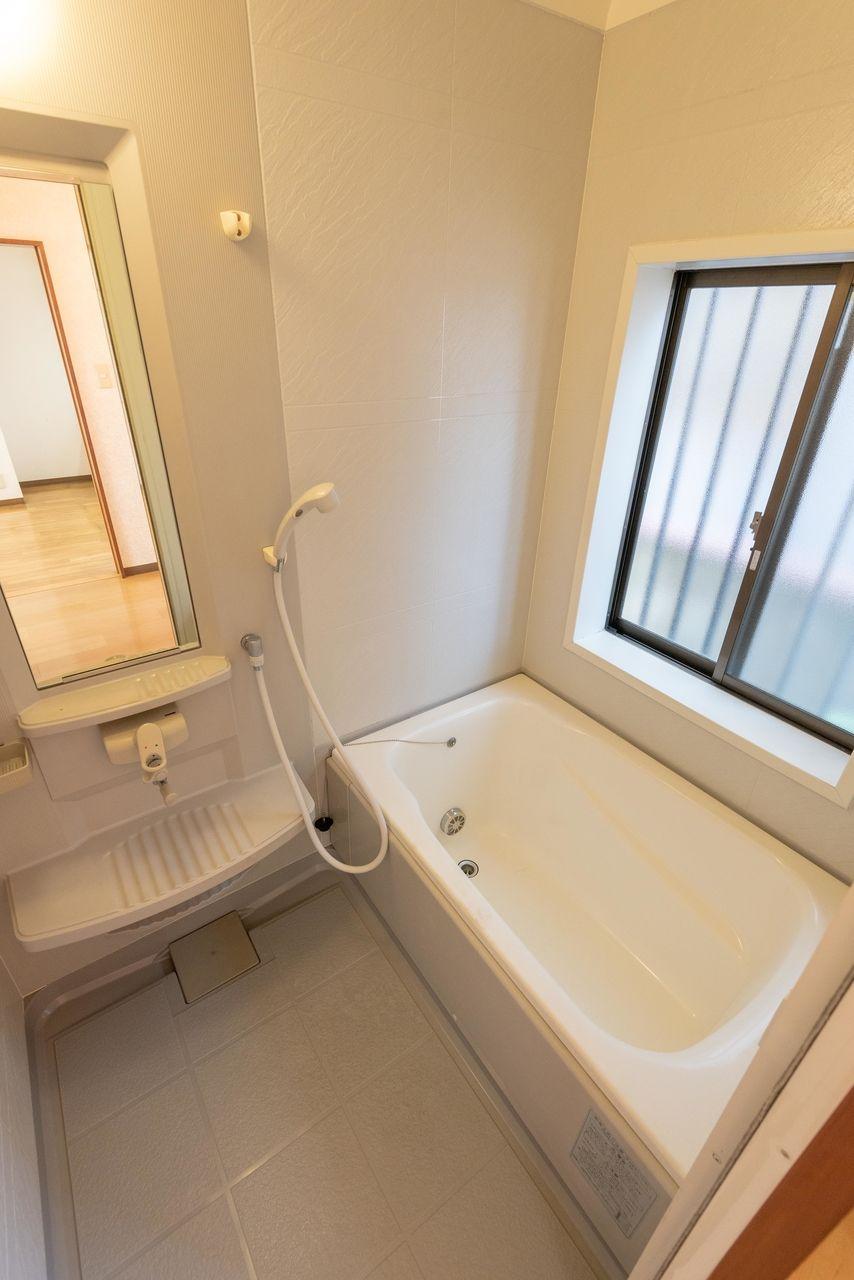 窓のある快適なユニット式バスルーム
