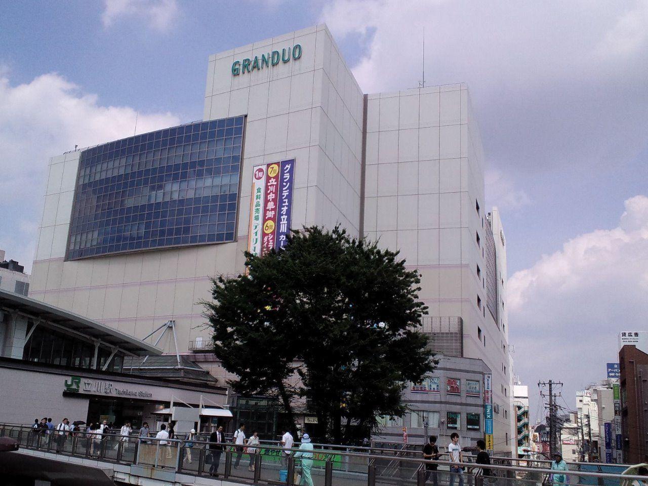 立川駅南口の大型商業施設。ファッションから食品まで揃います
