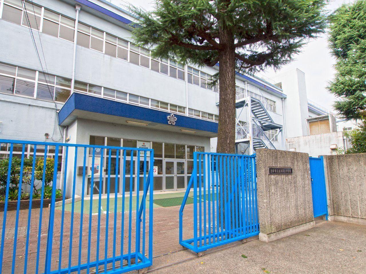 ソリドールの学区内の中学校。ソリドールから「約1100m」