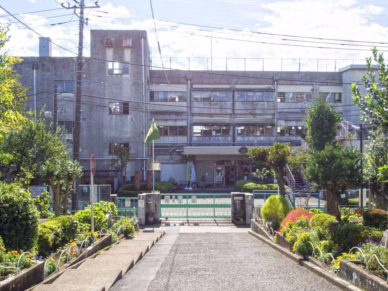 学区内の小学校。ソリドールから「約270m」