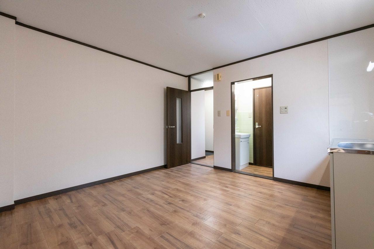 建具と床色の調和が取れた室内