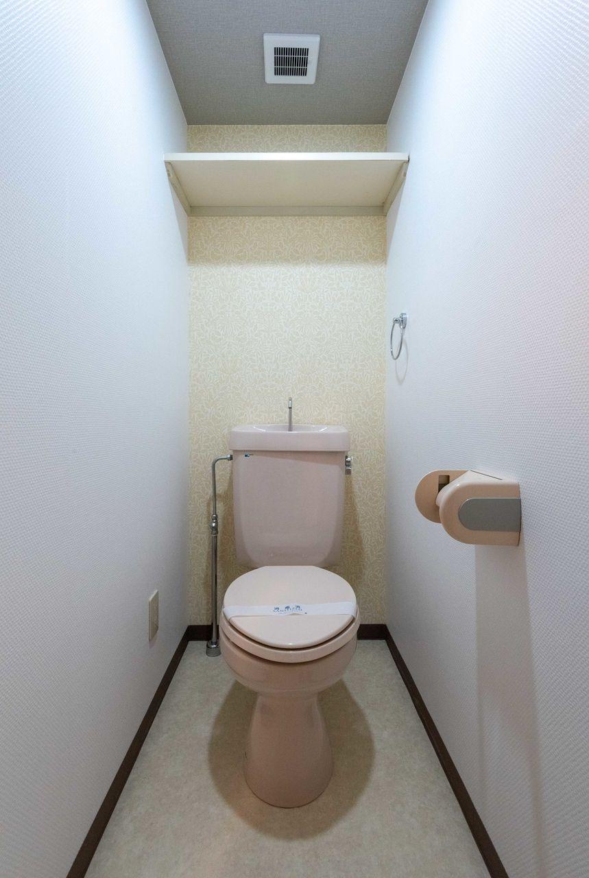 換気扇と上棚のあるトイレ