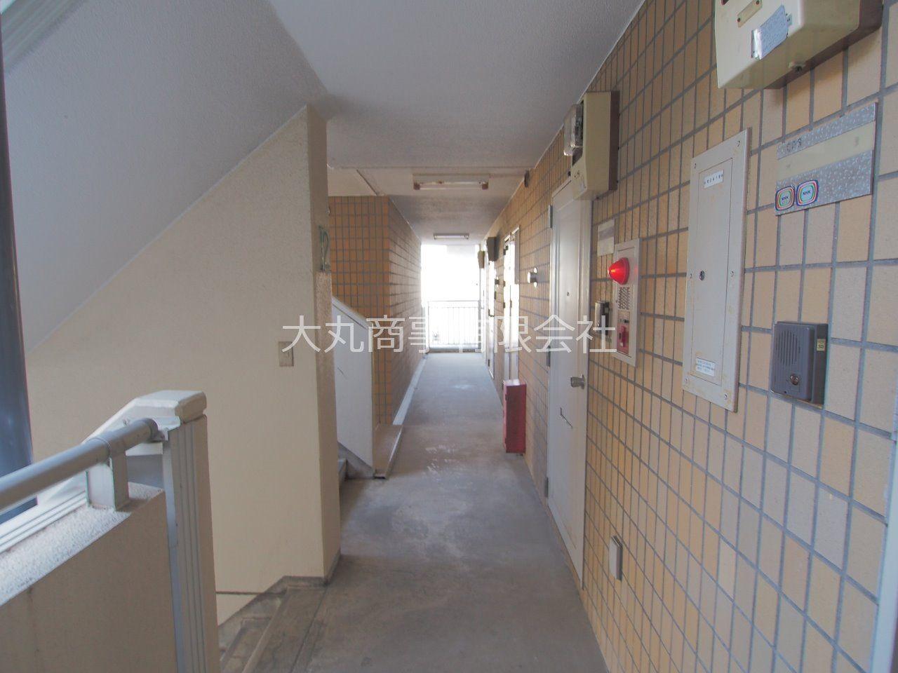 コの字型に配置された建物で、外部から共用廊下は見えない構造