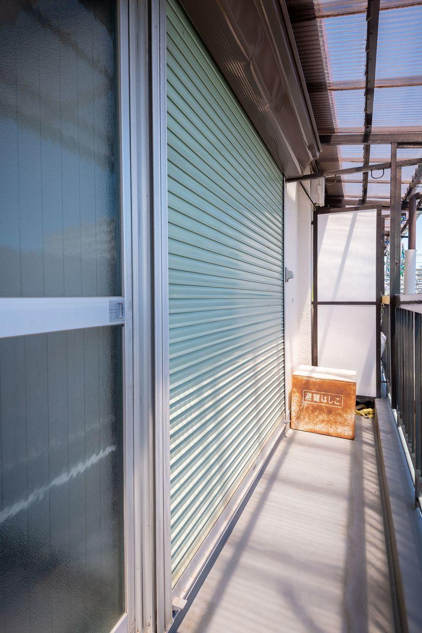 バルコニーの窓にあるシャッター雨戸