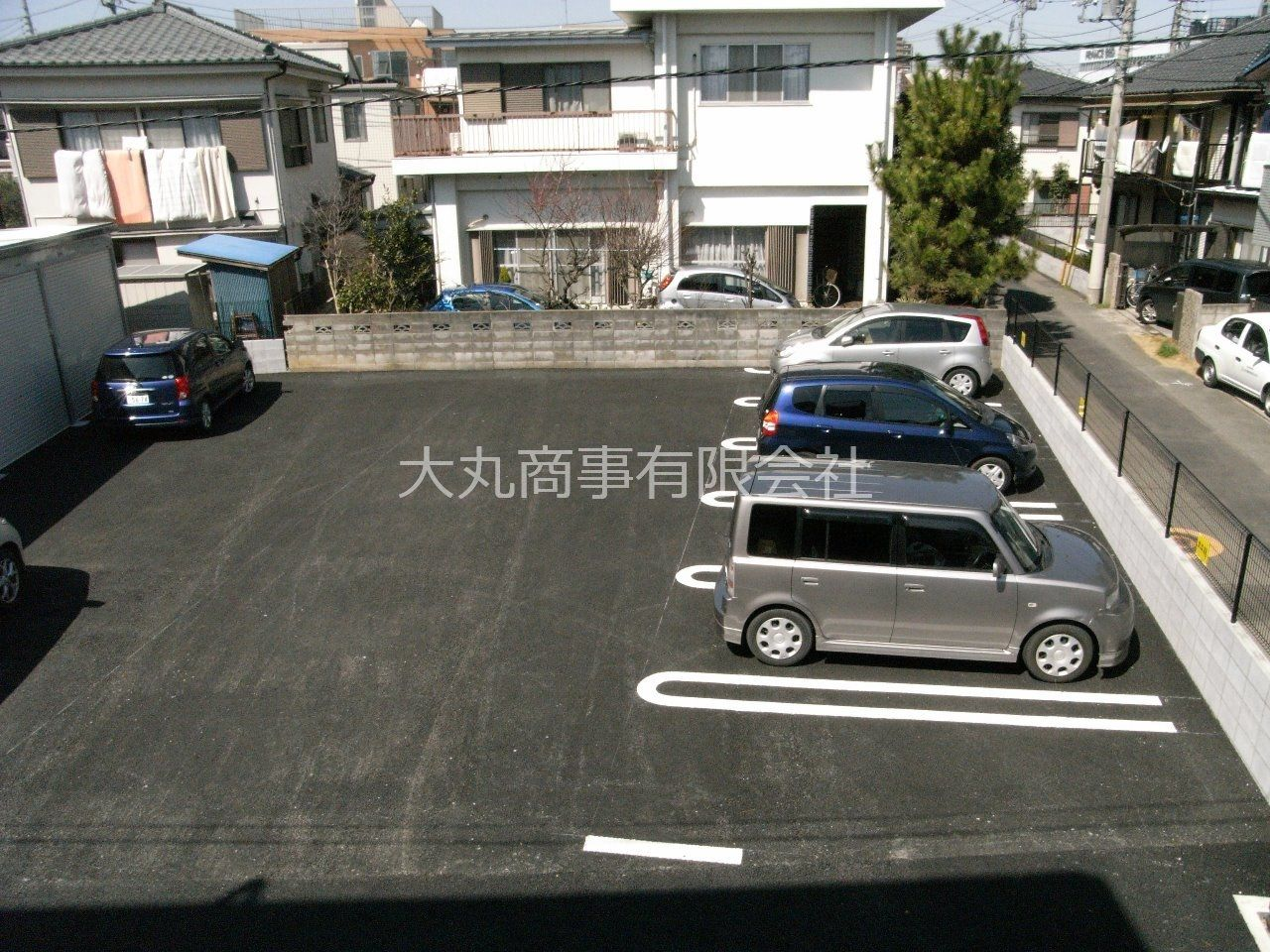 アスファルト舗装の敷地内駐車場