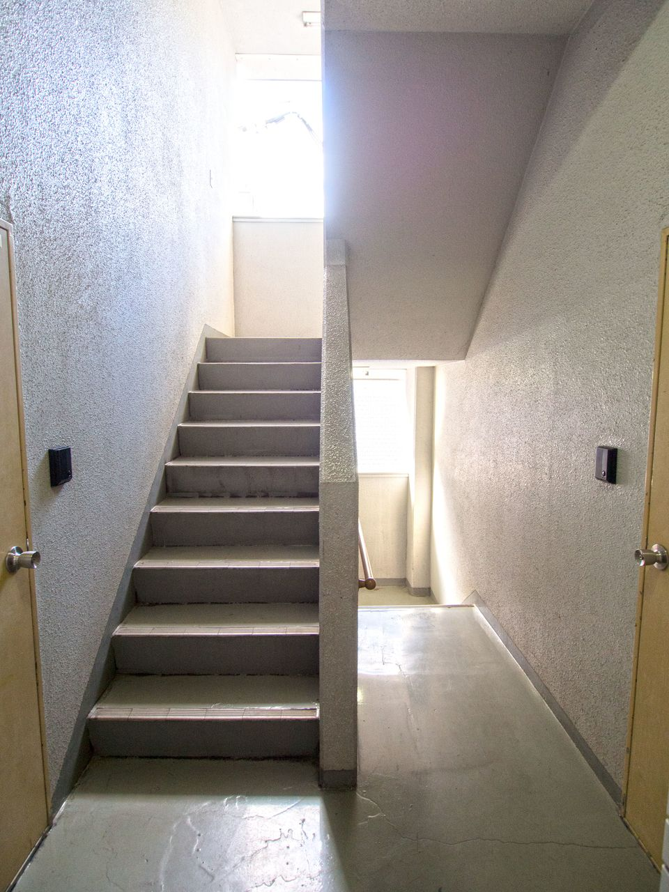 隣室と接さない中央階段式