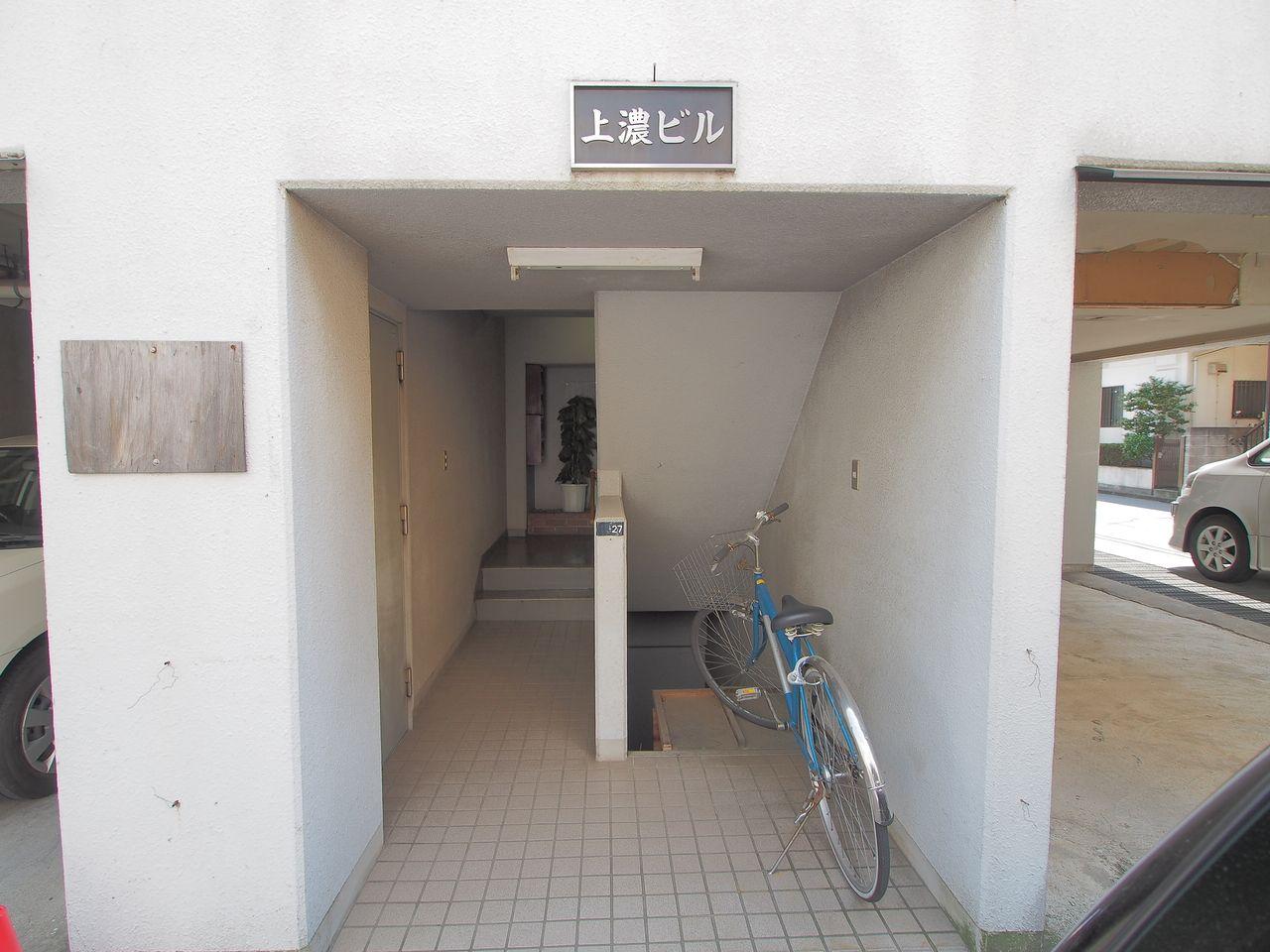 整理された建物エントランス