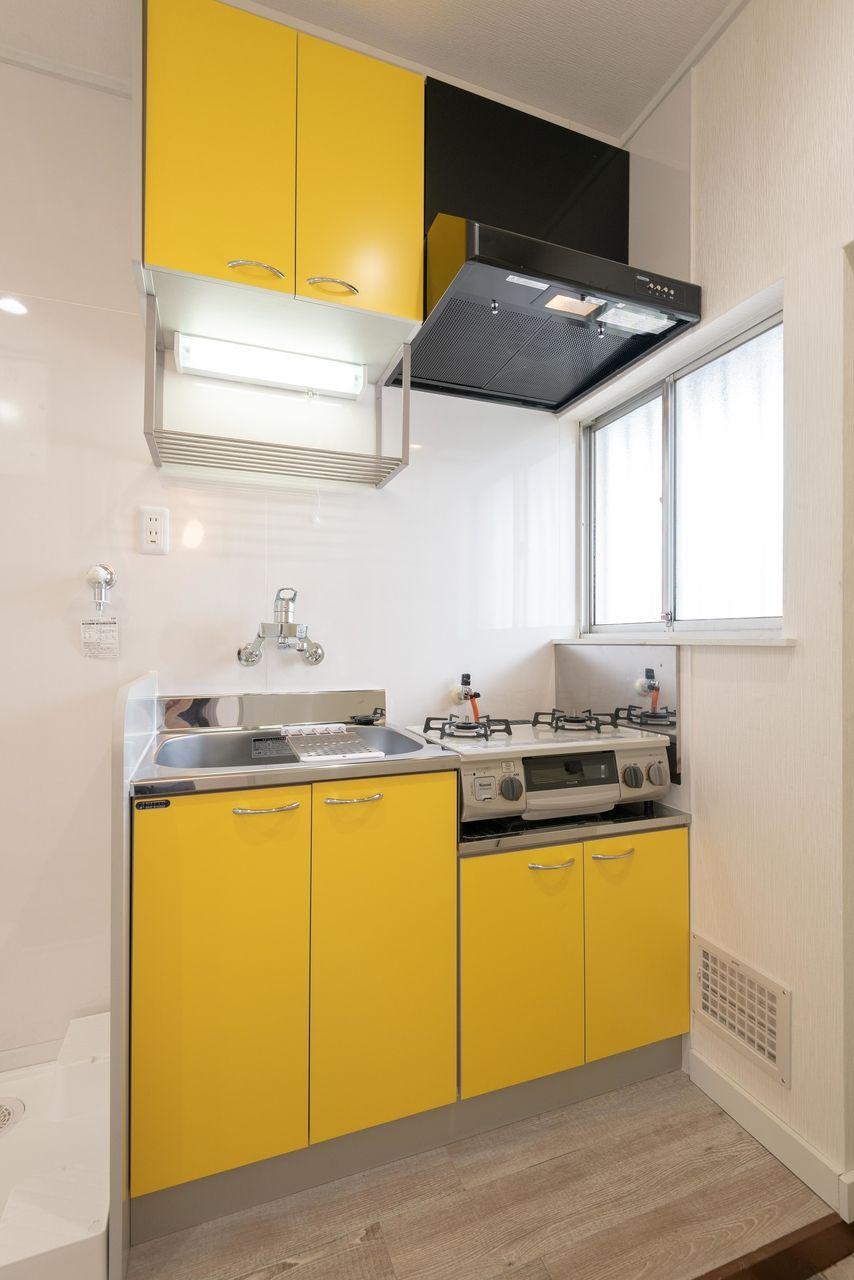 ヴィヴィットな色で魅力的なキッチン